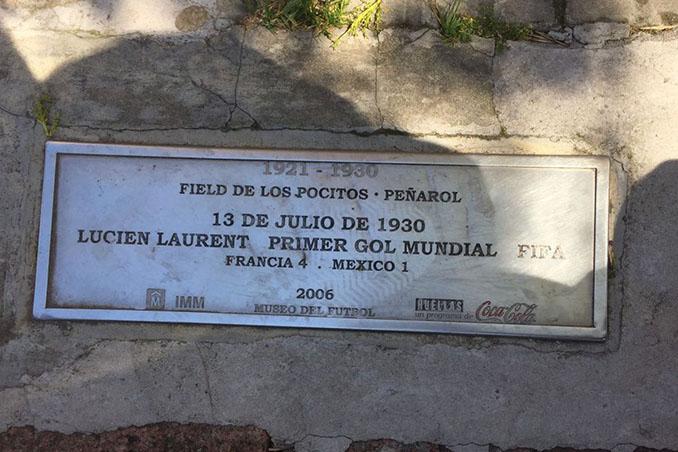 Placa conmemorativa del primer gol anotado en un Mundial en el Estadio Pocitos - Odio Eterno Al Fútbol Moderno