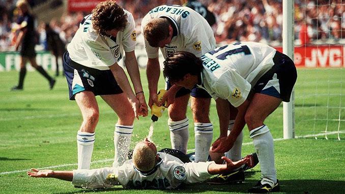 """Polémica celebración de """"la silla del dentista"""" en el Inglaterra vs Escocia de 1996 - Odio Eterno Al Fútbol Moderno"""