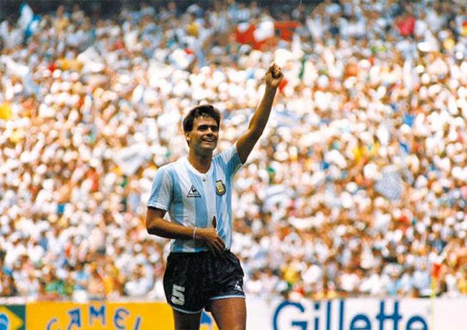 """El """"Tata"""" Brown tras luxarse el hombro en la final del Mundial de 1986 - Odio Eterno Al Fútbol Moderno"""