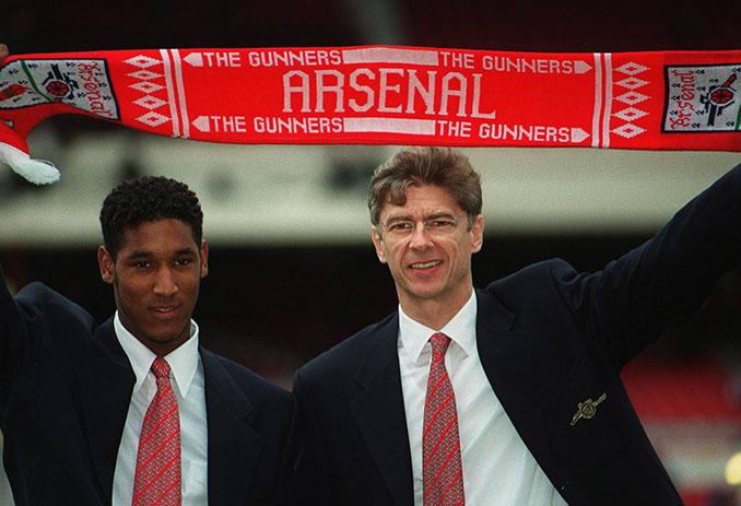 Wenger con Anelka durante su presentación con el Arsenal - Odio Eterno Al Fútbol Moderno