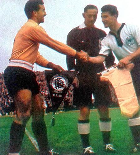 Pedro Dellacha y Fritz Walter se saludan el día que Argentina vistió camiseta amarilla - Odio Eterno Al Fútbol Moderno