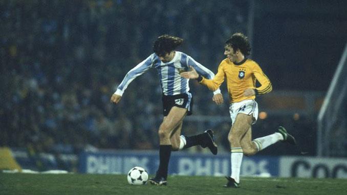 Kempes y Dirceu pelean un balón en el Argentina vs Brasil del Mundial de 1978 - Odio Eterno Al Fútbol Moderno