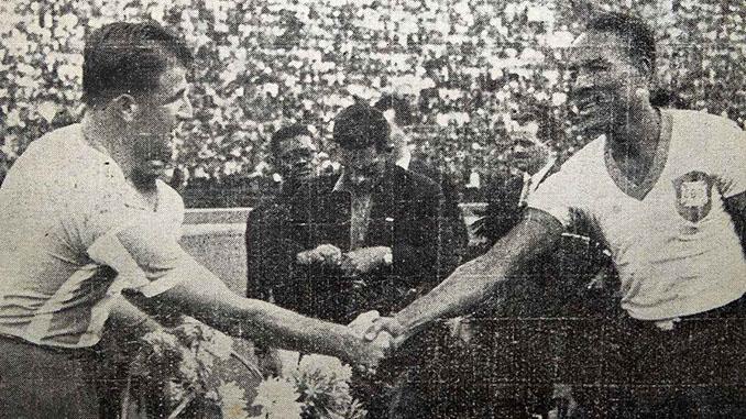 José Salomón y Domingos da Guia saludándose antes de un Argentina vs Brasil disputado en la década de 1940 - Odio Eterno Al Fútbol Moderno