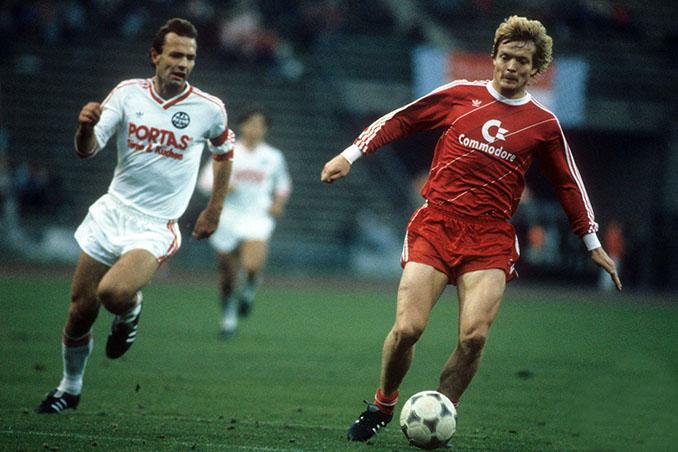 Soren Lerby en un partido con el Bayern de Múnich - Odio Eterno Al Fútbol Moderno