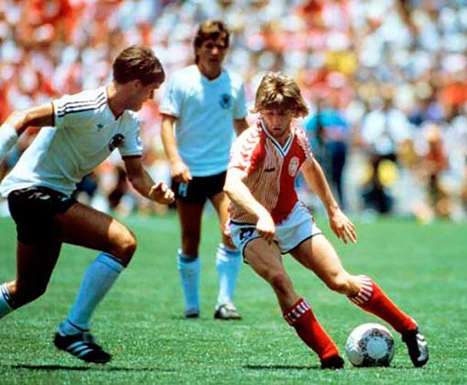 Soren Lerby en un partido con Dinamarca en el Mundial de 1986 - Odio Eterno Al Fútbol Moderno