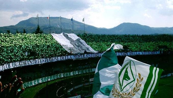 Aficionados del Avellino. en el Estadio Partenio - Odio Eterno Al Fútbol Moderno