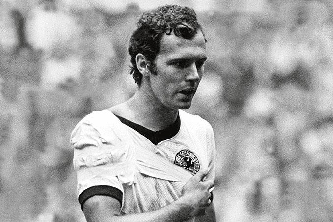 """Franz Beckenbauer con el brazo en cabestrillo durante """"El partido del siglo"""" en 1970 - Odio Eterno Al Fútbol Moderno"""