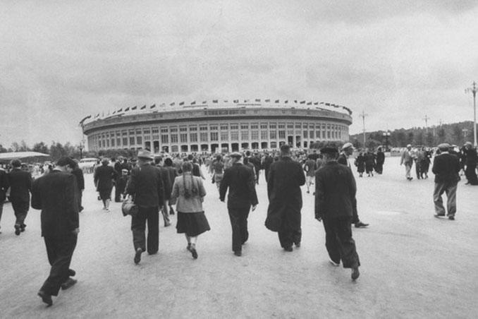 Espectadores accediendo al Estadio Olímpico Luzhnikí - Odio Eterno Al Fútbol Moderno