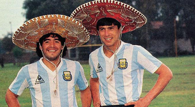Maradona y Passarella posan con sendos sombreros mexicanos antes del Mundial de 1986 - Odio Eterno Al Fútbol Moderno