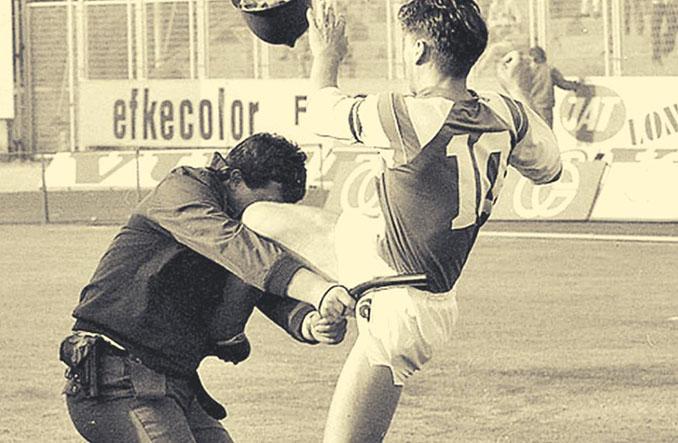 La patada de Boban a un policía en pleno partido - Odio Eterno Al Fútbol Moderno