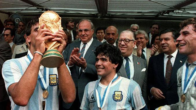 """Tata"" Brown besando la Copa del Mundo junto a Diego Armando Maradona - Odio Eterno Al Fútbol Moderno"