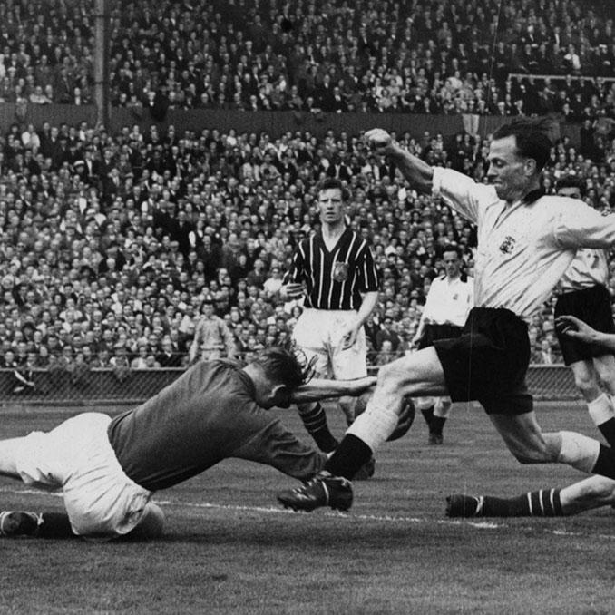 Bert Trautmann en un lance del juego con Peter Murphy en la final de la FA Cup de 1956 - Odio Eterno Al Fútbol Moderno