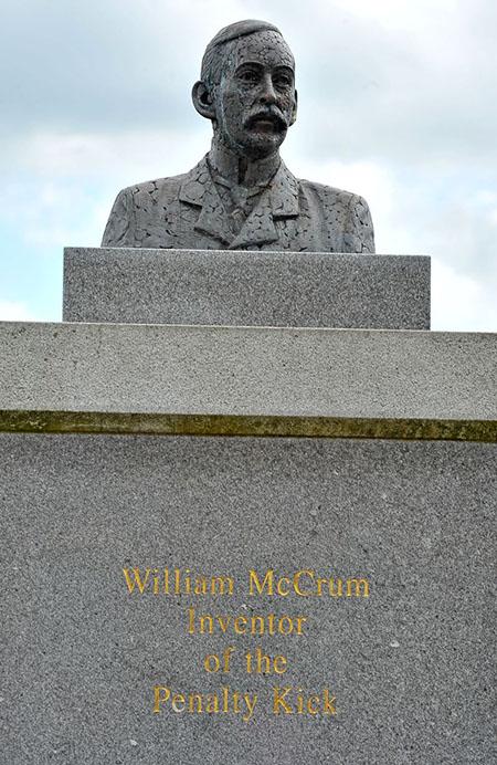 Busto de William McCrum, el inventor del penalti - Odio Eterno Al Fútbol Moderno