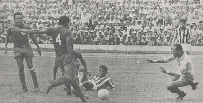 Uno de los duelos entre Honduras y El Salvador disputados en 1969 - Odio Eterno Al Fútbol Moderno
