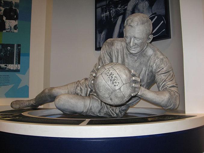 Estatua de Bert Trautmann en el Salón de la Fama del fútbol inglés - Odio Eterno Al Fútbol Moderno