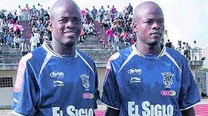 Los hermanos Jorge y Julio César Dely Valdés con la camiseta de Club Nacional de Football - Odio Eterno Al Fútbol Moderno