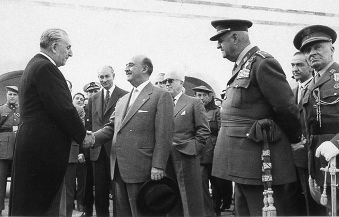 El alcalde de Barcelona José. María Porcioles saluda a Francisco Franco - Odio Eterno Al Fútbol Moderno