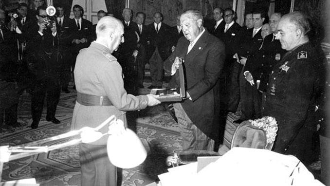 Santiago Bernabéu en un acto con Francisco Franco - Odio Eterno Al Fútbol Moderno