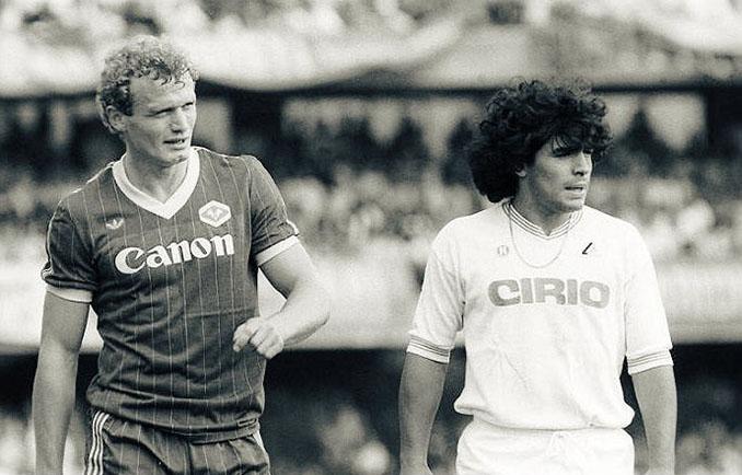 Hans-Peter Briegel secó a Maradona en su debut con el Nápoles - Odio Eterno Al Fútbol Moderno
