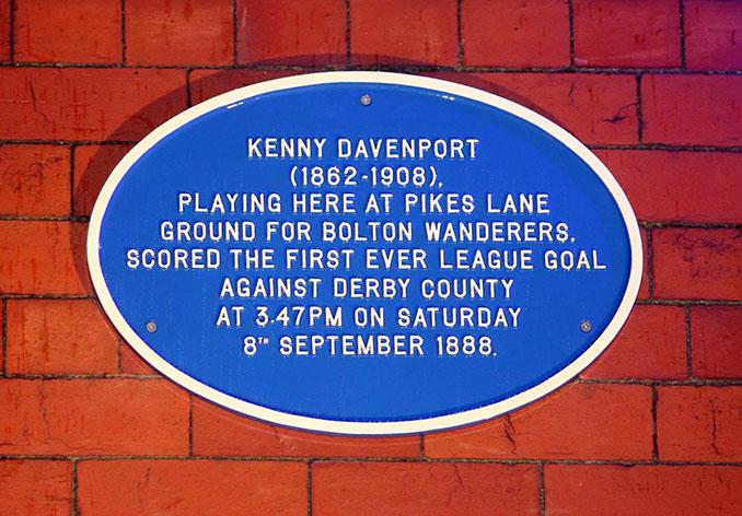 Placa que conmemora el primer gol oficial de la historia anotado por Kenny Davenport - Odio Eterno Al Fútbol Moderno