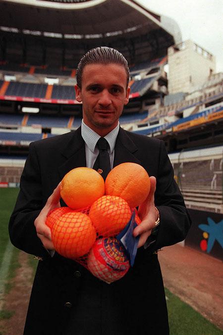 Mijatovic con una bolsa de naranjas en el Santiago Bernabéu - Odio Eterno Al Fútbol Moderno