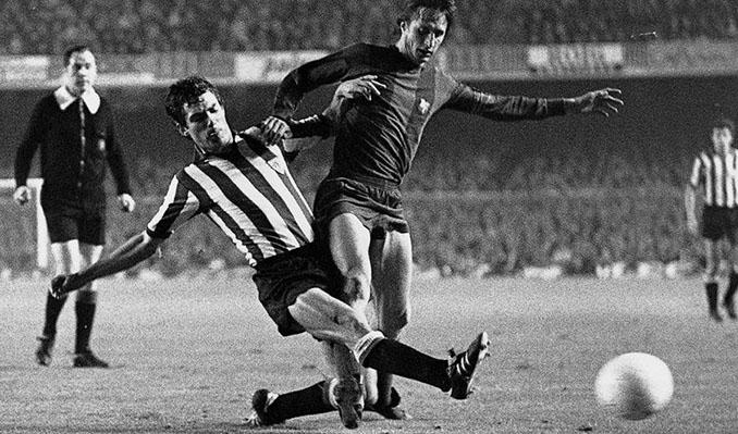 Villar disputa un balón a Johan Cruyff - Odio Eterno Al Fútbol Moderno
