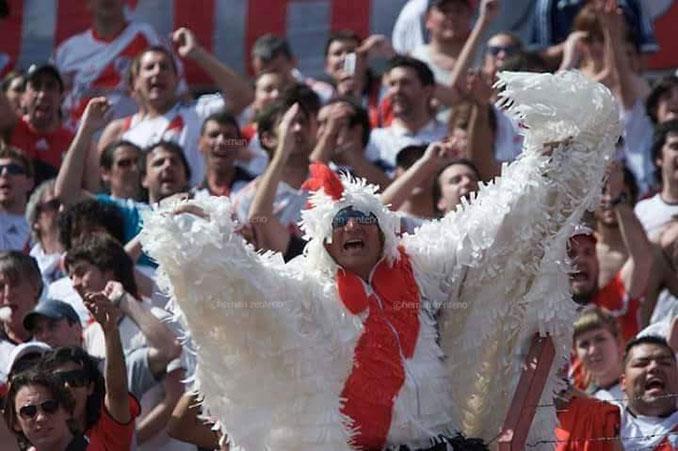 Aficionado de River Plate disfrazado de gallina - Odio Eterno Al Fútbol Moderno